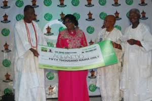 Representative of Aghaedo Age Grade receiving the =N=50,000 Cheque from Ndi Iche Onitsha